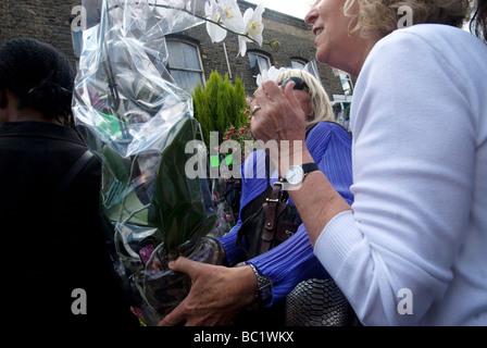 Giugno xxi Columbia Road flower market di domenica mattina Foto Stock