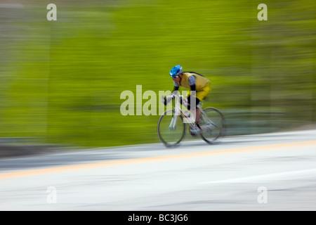 I ciclisti equitazione sulla Highway 50 oltre la Monarch passano in Colorado durante la corsa annuale Rockies tour Foto Stock