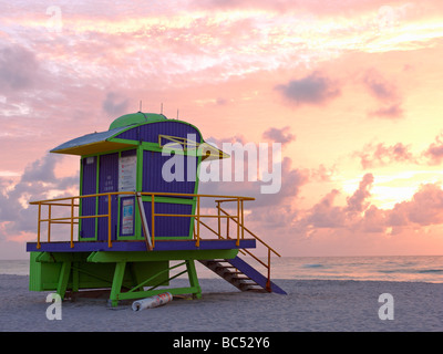 Di stile Art Deco stazione bagnino sulla spiaggia di South Beach Miami a sunrise Foto Stock
