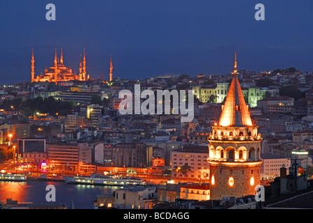 ISTANBUL, Turchia. Vista notturna della città con la Torre di Galata sulla destra e la Moschea Blu nella distanza. Foto Stock