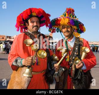 I venditori di acqua in Piazza Jemaa El Fna a Marrakech marocco Foto Stock