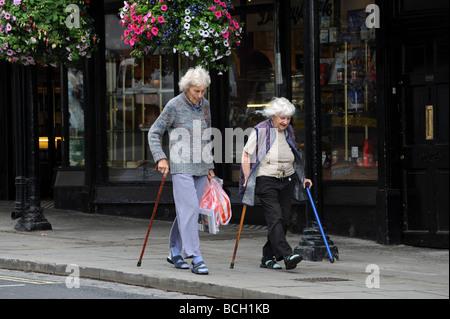 Due anziane signore a spasso Foto Stock