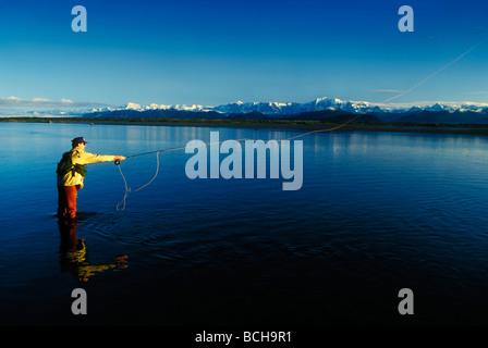 Uomo di Pesca a Mosca Report di Pesca sul Fiume Tsui, a sud-est di Alaska, estate Foto Stock