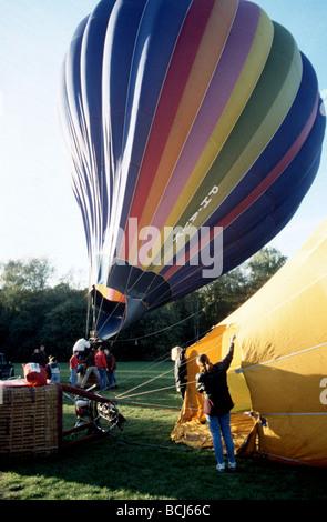 Volo in mongolfiera, il soffiaggio di aria in un bal Foto Stock
