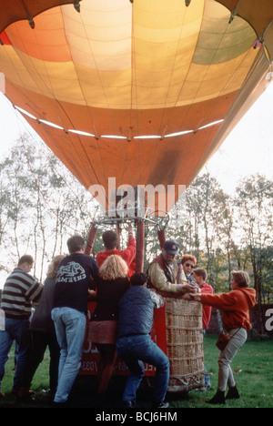 In mongolfiera ad aria calda che è preparato per sollevare Foto Stock