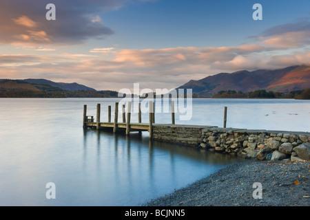 Derwent Water, Parco Nazionale del Distretto dei Laghi, Cumbria, Regno Unito - Visualizza il lungo pontile in legno a Barrow Bay Sbarco Foto Stock