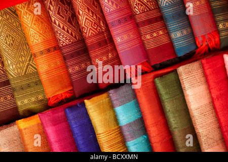 Dettagli di tessuti di seta in vendita nel mercato notturno, Luang Prabang, Laos Foto Stock