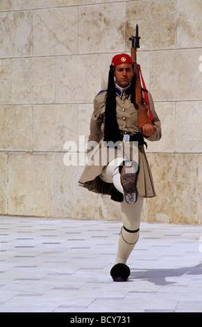Evzoni, il cambio della guardia presso la tomba del milite ignoto davanti al Parlamento in piazza Syntagma, Atene, Foto Stock