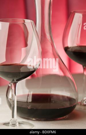 Vino rosso bicchieri e decanter Foto Stock
