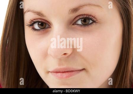 Ritratto in studio di sorridente ragazza adolescente Foto Stock