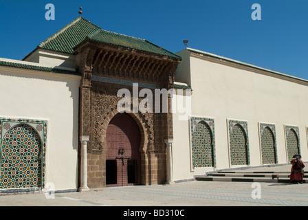 Facciata e cancello di ingresso del Mausoleo di Moulay Ismail Meknes Marocco Foto Stock