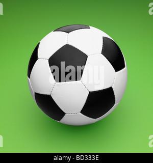 In bianco e nero in pelle / Calcio Pallone da calcio su sfondo verde. Foto Stock