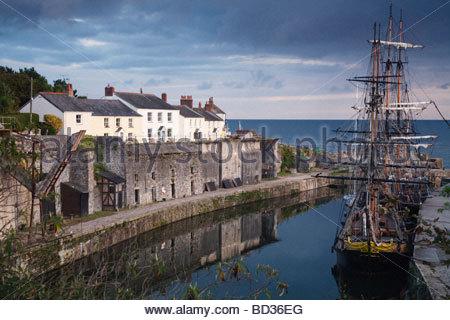Tall navi ancorate nella storica città di Charlestown Harbour sulla costa della Cornovaglia, Inghilterra Foto Stock