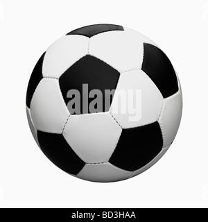 In bianco e nero in pelle / Calcio Pallone da calcio Ritagliata su sfondo bianco. Foto Stock