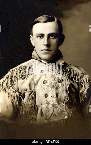 Un uomo in frange camicia di daino Foto Stock