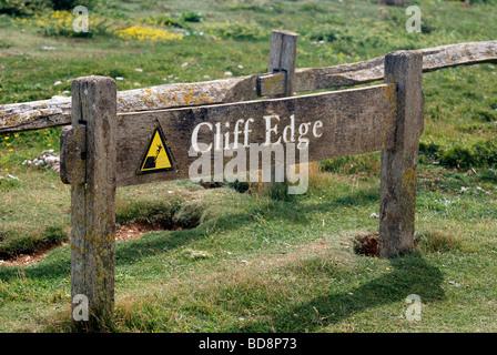 Segno attenzione alle persone di tenersi lontano da un pericoloso cliff edge