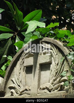 Pietra tombale nel cimitero protestante vicino a piramide, Roma Foto Stock