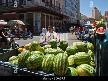 La vendita di cocomeri al di fuori del centro di pesce e di carne sul mercato Athinas Street nel centro di Atene Foto Stock