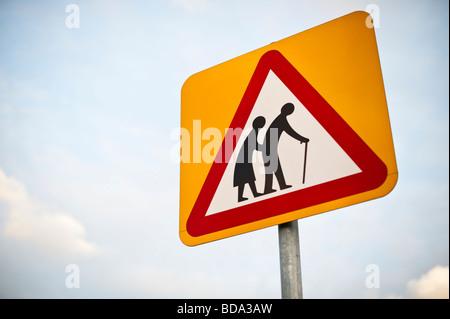 Gli anziani cartello stradale il triangolo di avvertenza REGNO UNITO Foto Stock