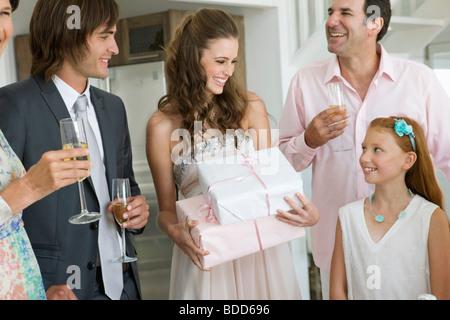 Sposa ricevere doni da ospiti in un partito Foto Stock