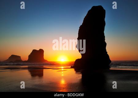 Monolito di pile di mare e al tramonto con la bassa marea. Samuel H. Boardman membro Scenic corridoio. Oregon Foto Stock