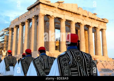 Evzonoi, greco guardie presidenziali, marciando nella parte anteriore del Partenone Foto Stock