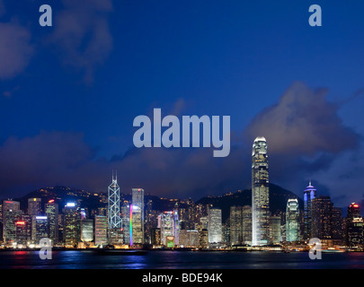 Vista sul Porto Victoria di edifici alti in notturna a Hong Kong, Cina. Foto Stock