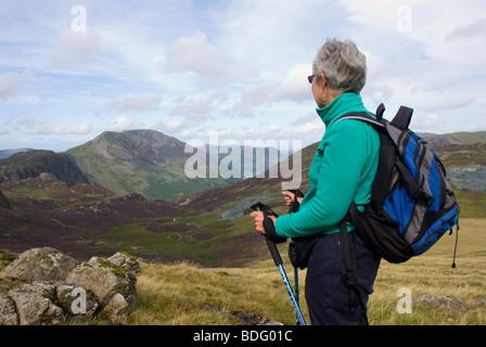 Signora cadde walker guardando la vista dal grigio Knotts attraverso Haystacks e alta rupe Buttermere sopra Foto Stock