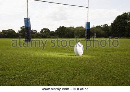 Illuminata la palla da rugby su un passo di rugby Foto Stock