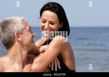 Coppia attraente sulla spiaggia Foto Stock