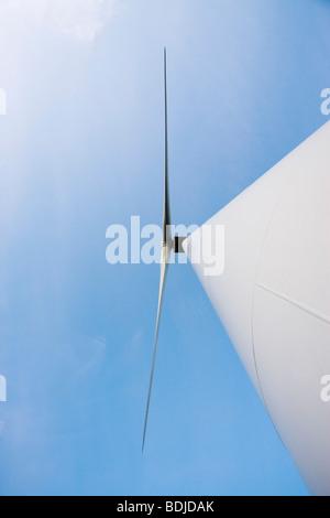 Guardando verso l'alto di una turbina eolica Ebeltoft, nello Jutland, Danimarca
