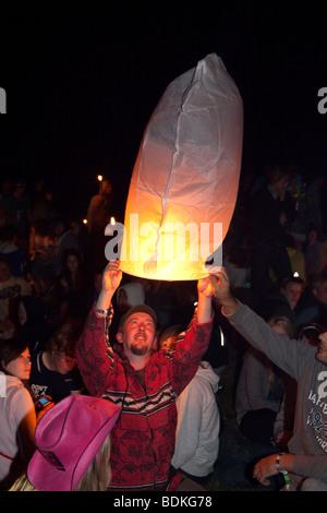 Lanterna di fuoco lanciato al cerchio di pietra, Glastonbury festival 2009 Foto Stock
