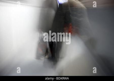 Persona che cammina verso il basso vicolo buio di notte Foto Stock