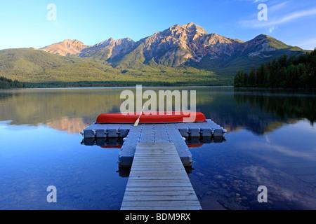 Red canoa sul dock a Lago Piramide con la piramide, di montagna del Parco Nazionale di Jasper, Alberta, Canada.