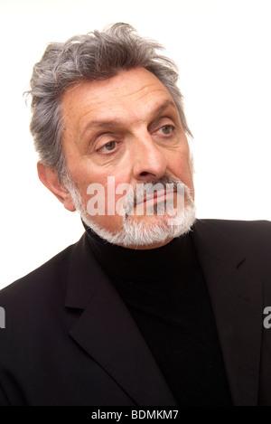... Ritratto di un uomo maturo Foto Stock Ritratto di un uomo maturo  Bel  colore grigio-dai capelli uomo maturo con Ben rifinito in barba maglione  nero e 38b50cd2ec4d