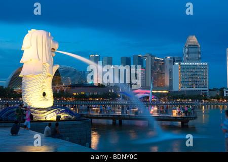 Il Merlion, punto di riferimento della metropoli di Singapore, disegnati dall'artista Fraser Brunner in 1964, il fiume Singapore, Singapore, così