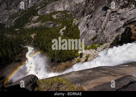 Un arcobaleno appare sopra Nevada Falls nella nebbia. Parco Nazionale di Yosemite in California, Stati Uniti d'America Foto Stock