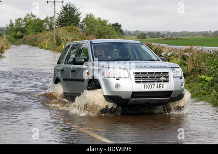 Land Rover Freelander 2 in acqua di inondazione su strade vicino a Aberdeen, Scozia, Regno Unito, dopo forti piogge Foto Stock