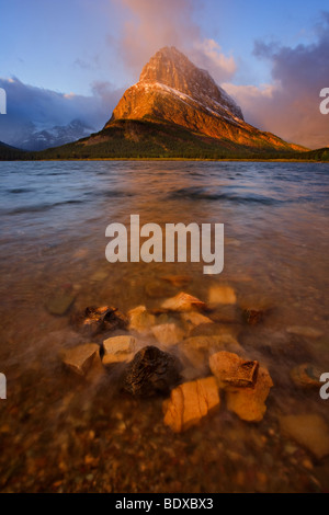 Lago Swiftcurrent sunrise, il Glacier National Park Foto Stock