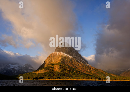 Lago Swiftcurrent arcobaleno, il Glacier National Park Foto Stock