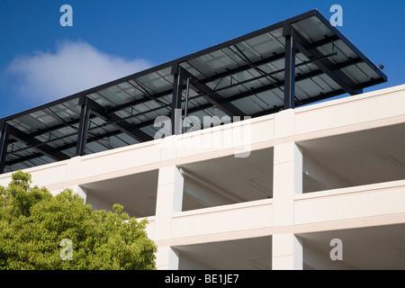 Pannello solare array Sun ombra sul tetto del garage pubblico nel centro di Mountain View, California, USA. Foto Stock