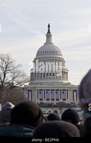 Noi Capitol Building e la folla sul National Mall. Il giorno dell'inaugurazione 2009. Washington DC Foto Stock