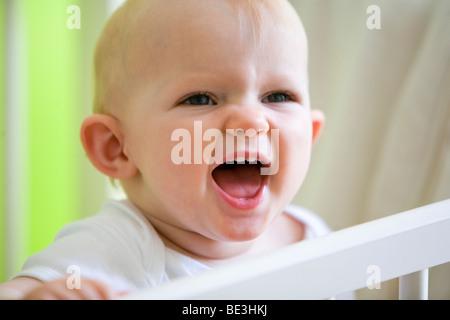 Un one-anno-vecchia ragazza nel suo presepe Foto Stock
