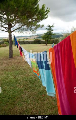 Lavaggio colorati appesi su una linea di lavaggio Foto Stock