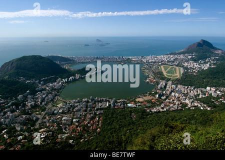 Vista aerea del lago Rodrigo de Freitas e la spiaggia di Ipanema, Rio de Janeiro, Brasile Foto Stock