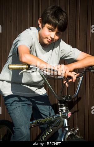 Ragazzo ragazzi bike bmx sul ciclo di corsa ciclista Ciclismo Equitazione kid kids cool alla moda sorriso sorridente Foto Stock