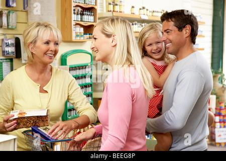 Femmina assistente di vendita in salute il negozio di alimentari Foto Stock
