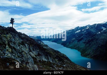 Escursionista sovrastante Gjende (o) Gjendin Lago in Jotunheimen montagne in Norvegia il parco nazionale di Jotunheimen Foto Stock