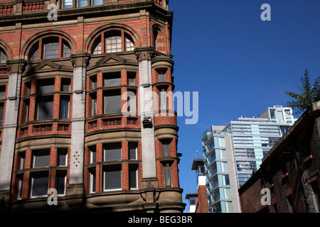 In contrasto in mattoni rossi e moderna architettura di vetro nel centro di Liverpool Merseyside England Regno Unito