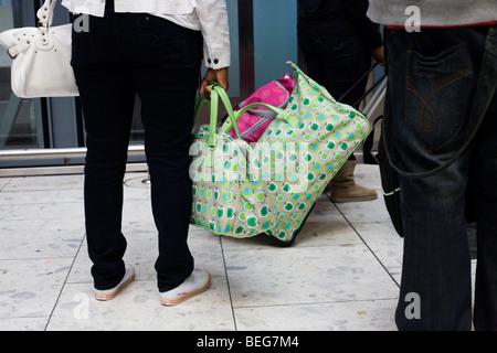 Heathrow Express sollevare i passeggeri con abbinamento di bagaglio in aeroporto di Heathrow il terminal 5. Foto Stock